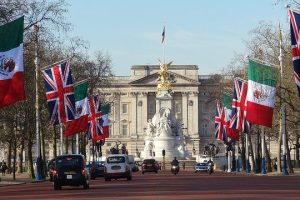 Image of buckingham palace on article on why study in england